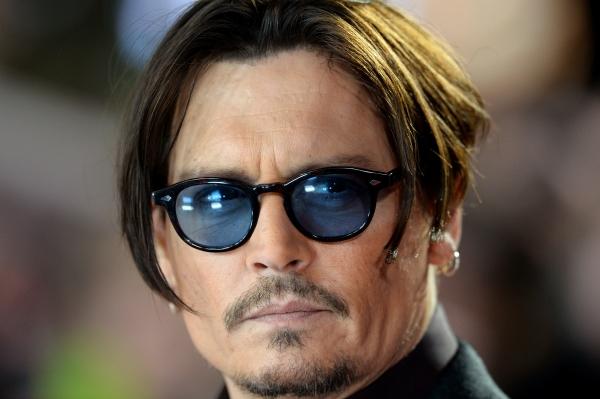 Johnny Depp ufók, dinoszauruszok és kalózok közt próbál hazajutni új filmjében