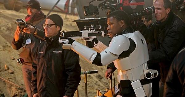 Újabb fotókon a Star Wars VIII, itt az SW-dokumentumfilm előzetese
