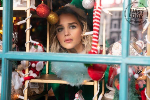 Múlt karácsony: Emilia Clarke a Koszorúslányok rendezőjének új vígjátékában domborít! (előzetes)